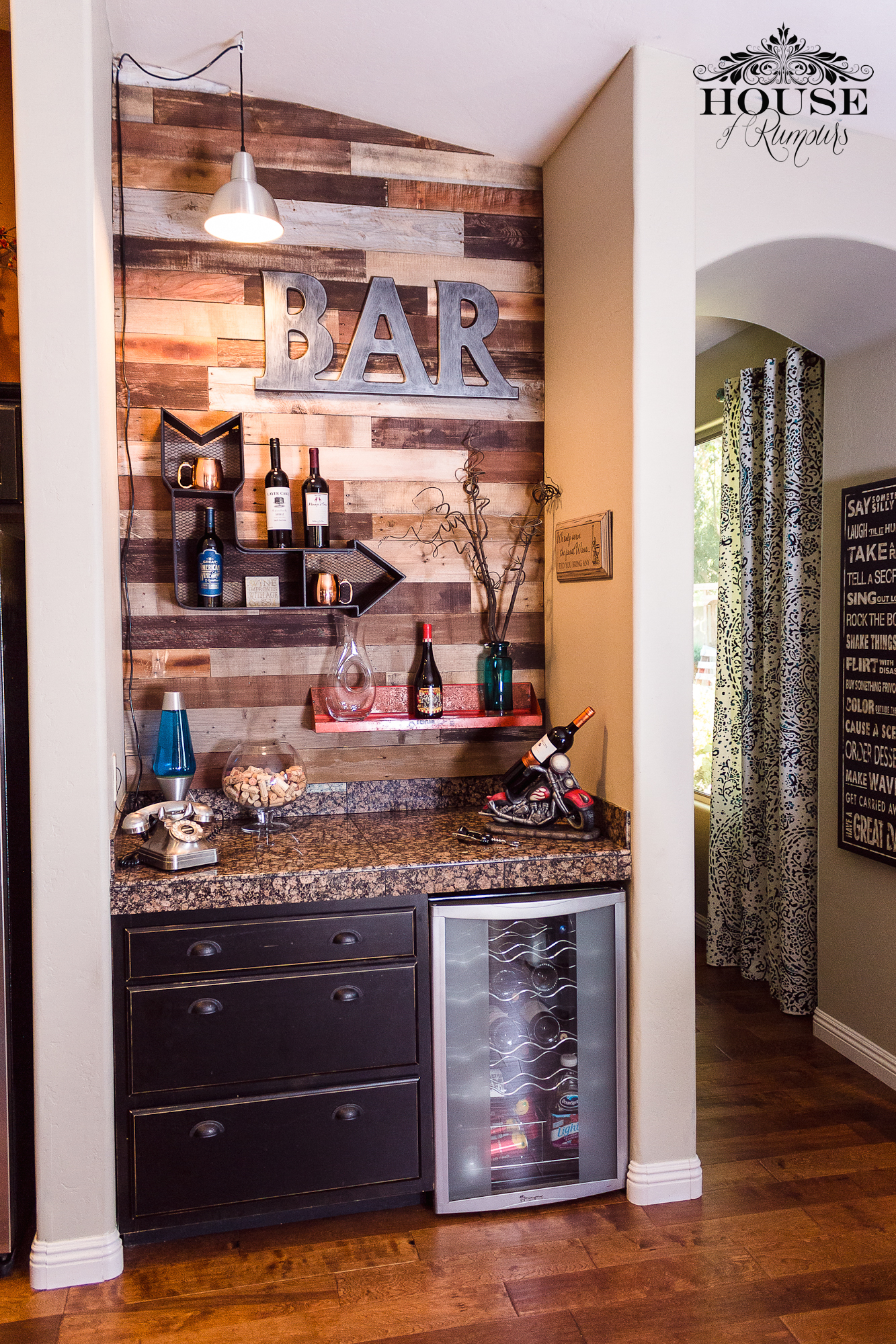 Wine bar pallet wall house of rumours - Bar en casa decoracion ...